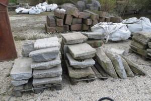 Auf alten Paletten lagert ein Steinschatz