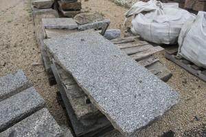 Ein roher Steinblock aus dem ein Pflaster wird