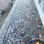 Ein fertig gepflasterter nasser Weg glänzt