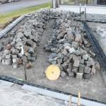 Viele Granitsteine müssen noch gepflastert werden