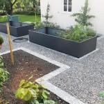 Gekieste Gartenwege, umrandet von Granit