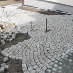 Große helle Granitsteine werden ein Pflaster