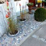 Reihenhausvorgarten aus buntem Mosaikpflaster