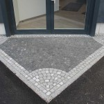 Spitz zulaufender Eingangsbereich im Mosaikstil