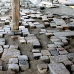 Der Materialmix aus alten Randsteinen, Großkopf- und Kleinpflaster